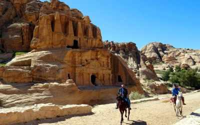 Pferdereiter vor dem Obelisk Tomb in Petra