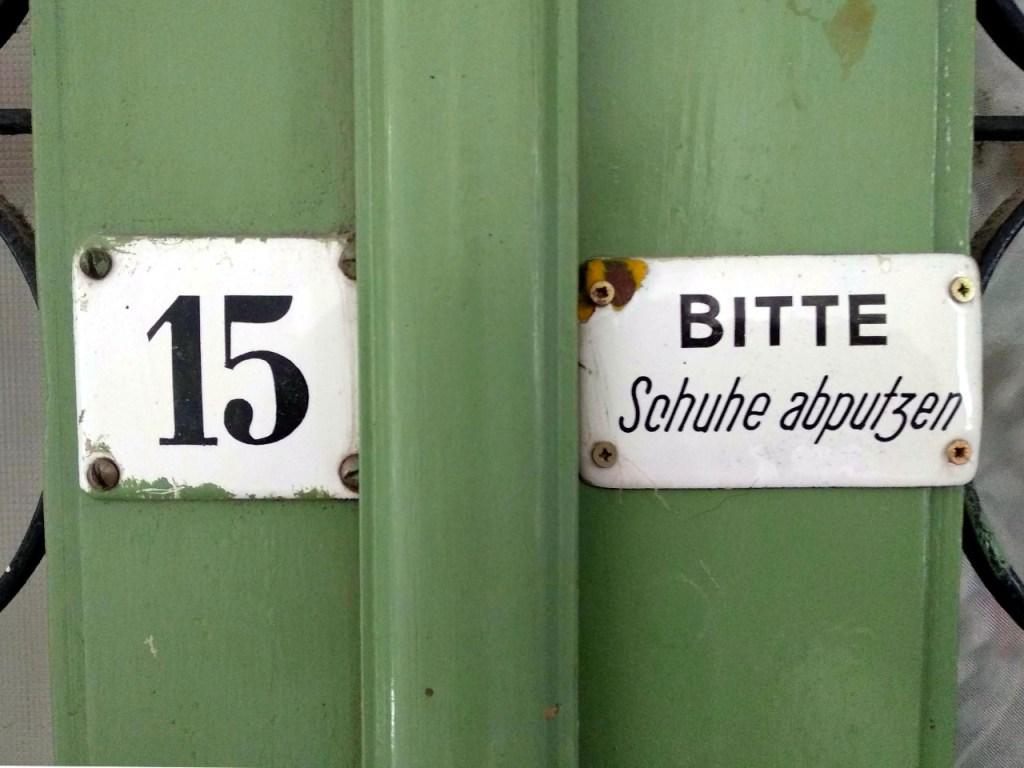 Schild in Wiener Altbau