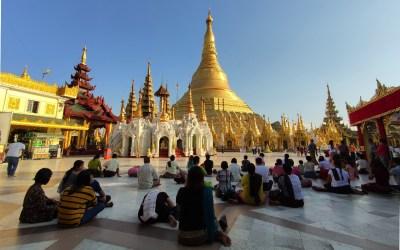 Betende Menschen in der Shwedagon-Pagode