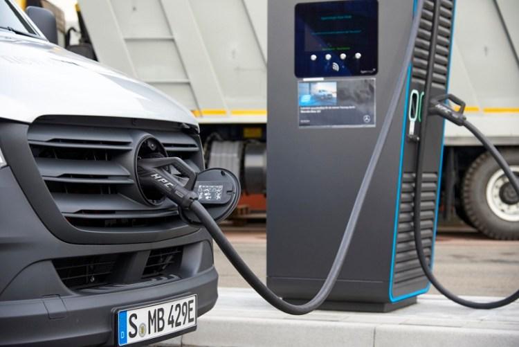 Daimler eröffnet neuen Ladepark für elektrische Nutzfahrzeuge Daimler opens new charging park for electric commercial vehicles