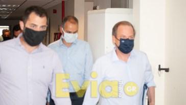 Κλιμάκιο της αστυνομίας μοίρασε κλήσεις στο προσωπικό του Διοικητηρίου Χαλκίδας την ώρα της άφιξης του Υπουργού Καραμανλή