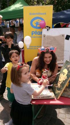 little girl impersonates Frida Khalo