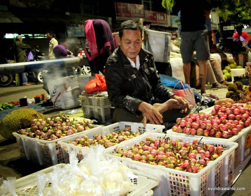 Bapak penjual buah kalangkala