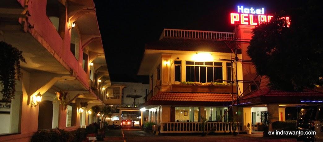 Halaman Hotel Pelangi Malang di malam hari