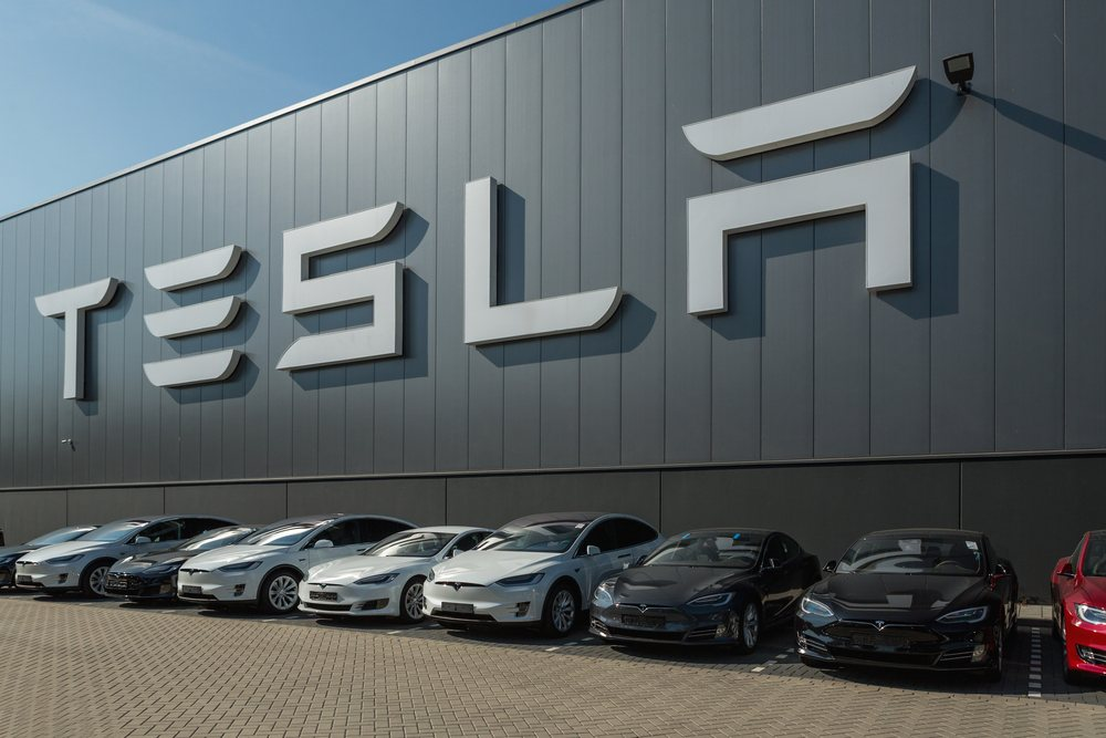 tesla_factory_with _cars