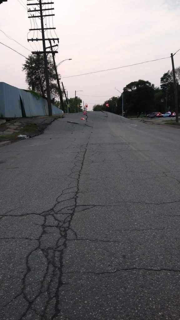 деформация дороги Детройт, деформация дороги видео из Детройта, деформация дороги фотографии Детройта, деформация дороги Детройт, сентябрь 2021 г. Причина серьезного повреждения дороги в юго-западной части Детройта все еще расследуется после деформации улицы