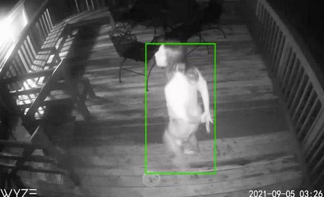 Семейная пара заметила у дома женщину-зомби.