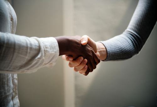 A handshake between residential movers New Braunfels and the customer