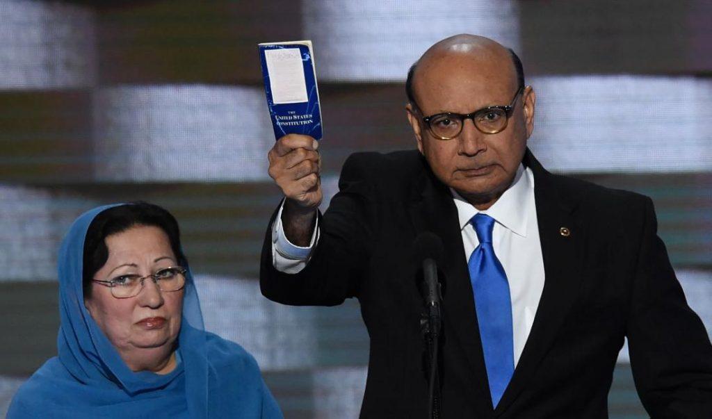 Хизр Хан рассказывает Дональду Трампу - что такое Конституция США / AFP PHOTO / SAUL LOEBSAUL LOEB/AFP/Getty Images