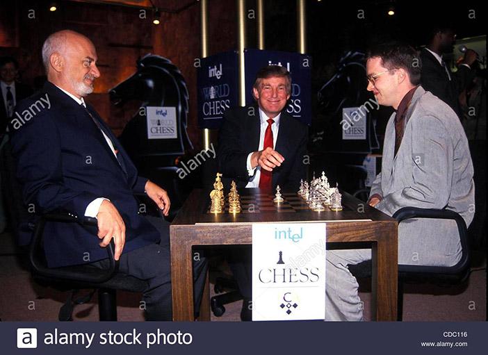 Дональд Трамп делает первый ход в матче между Борисом Гулько и Найджелом Шортом, 1995 год