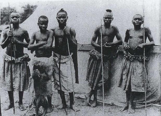 Ota Benga (soldan ikinci) ve Batwa yerlileri...