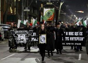 """Участниците в """"Луковмарш"""" парадират с патриотични атрибути. Снимка: Bulphoto.com."""