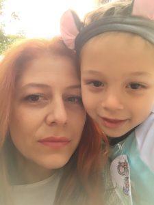 В детската градина, която посещава почти 5-годишният син на Красимира Петкова, предписание на СРЗИ превръща пиенето на вода в строго организирана дейност, която води след себе си куп пластмаса. Фото: Красимира Петкова / личен архив