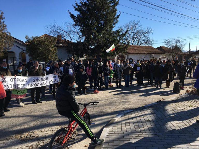Протестът на 3 декември започва от площада в селото, за да завърши по-късно със затварянето на Карловско шосе.