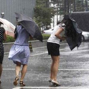 Urmează un weekend cu fenomene extreme! O să plouă cât pentru o lună!