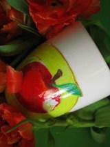 kubek z jabłkiem obgryzionym