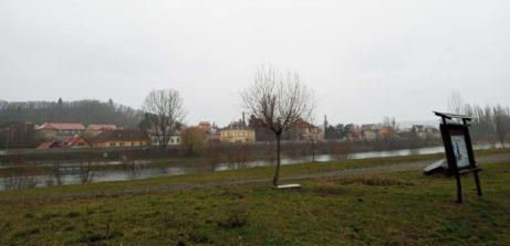 Ścieżka rowerowa ze Zbraslawia docentrum Pragi. Pada deszcz iwieje wiatr.
