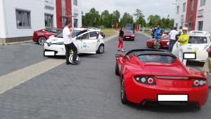 Der Tesla Roadster in rot und als Cabriolet, daneben ein EWheel, was kanns schöneres geben?