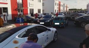 Tesla wird vom elektro Fiat 500 abgeschleppt