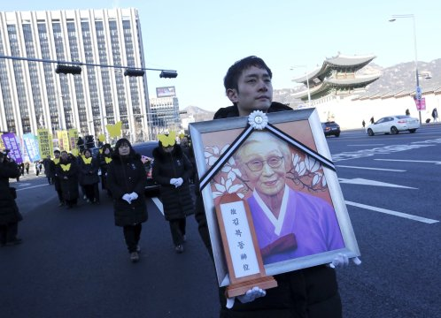 Throngs gather near Japan embassy to mourn SKorean sex slave
