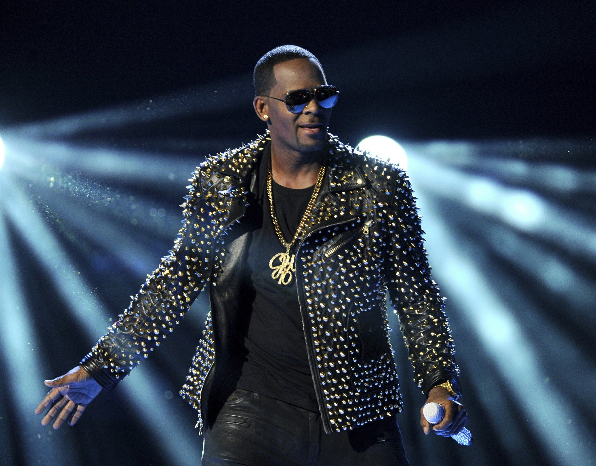 Georgia man tells police R. Kelly's manager threatened him