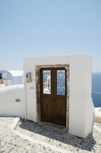 Santrini Oia aerial door and whilte wall 中に浮く扉と白い壁