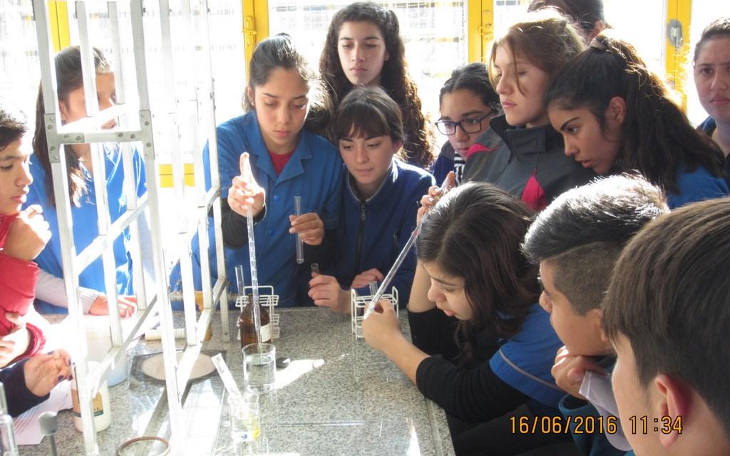 Práctica de laboratorio de alumnos del Colegio Nacional Mons. Dr. Pablo Cabrera en la FCEFN