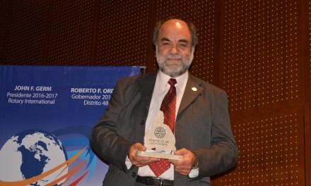 El Vicedecano Carlos López, fue distinguido por el Rotary Club