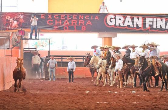 Miguel Lara acertó este pialazo de larga distancia para los Charros de Huichapan