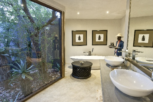 Luxury bathrooms and bath tubs at South African getaways ...