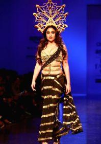 actress-shriya-saran-walks-the-ramp-displaying-an-397417