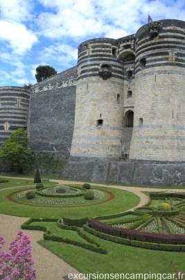 Vue sur un bout de jardin du chateau d'Angers depuis le boulevard du Général De Gaulle