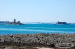 Vue sur L'île Noire et le château du Taureau depuis la plage de la Pointe de Barnénez