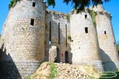 Château de Tonquédec , La 1ere porte et la poterne vue depuis l'interieur de la première cour