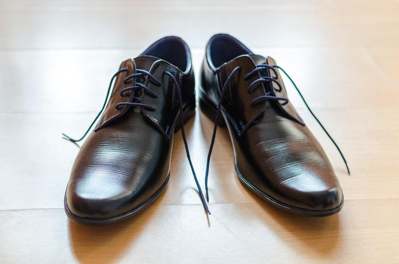 Par de zapatos en el piso en espera de estar en uno de los exhibidores para zapatos de SIMEVISA Exhibidores