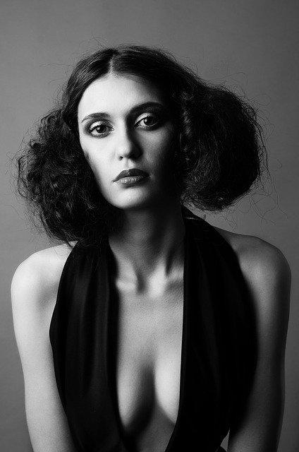 אישה בשחור לבן