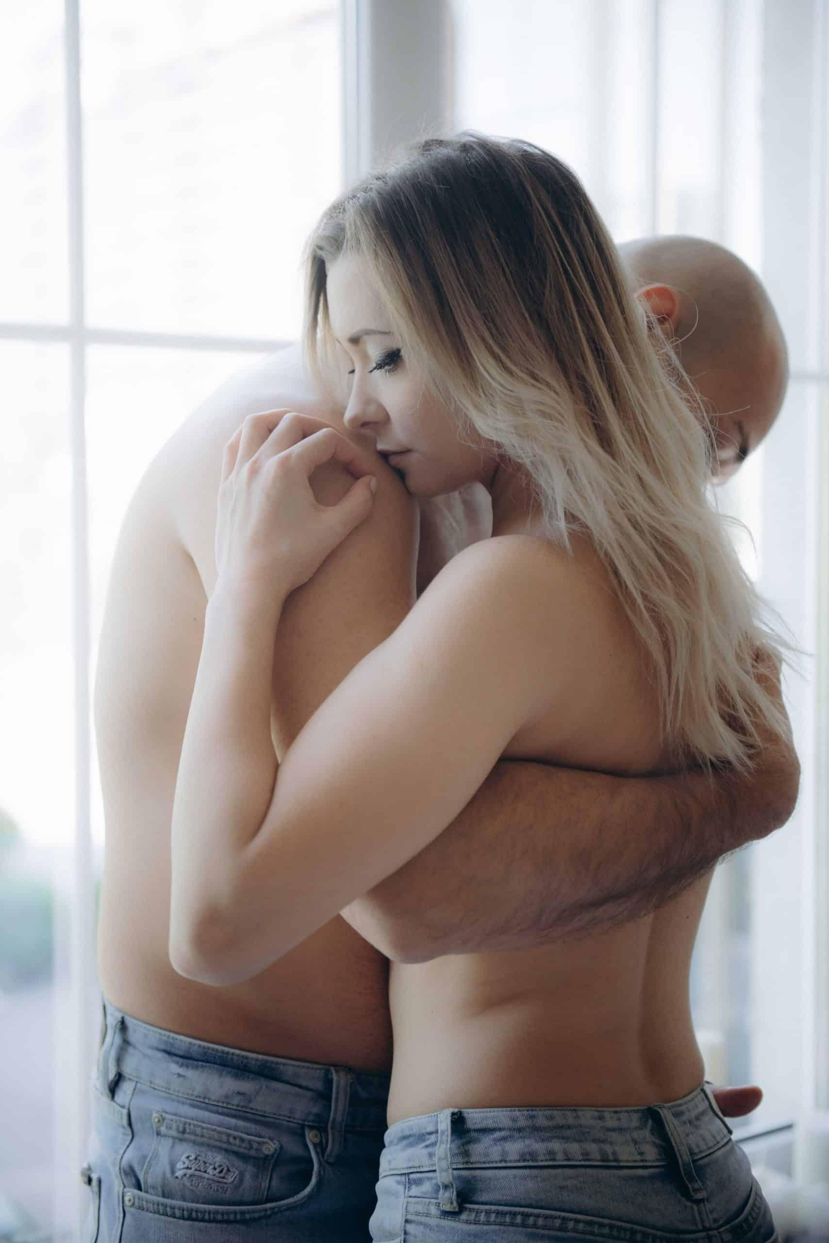 זוג מתחבק בחצי עירום