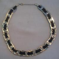 Un precioso collar con anillas de lata