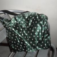 Un bolso con un paraguas viejo
