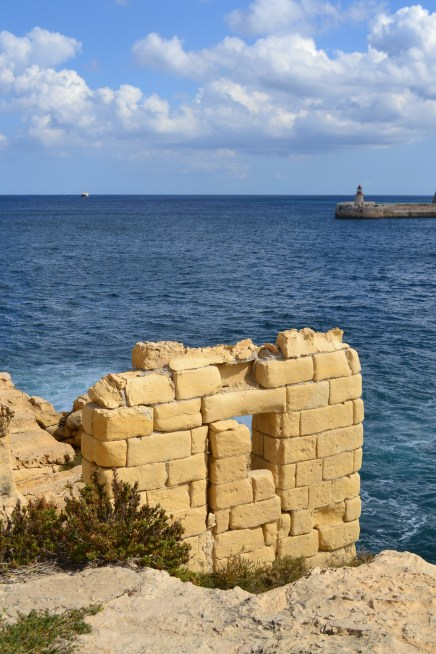 A wall by the water, Valletta