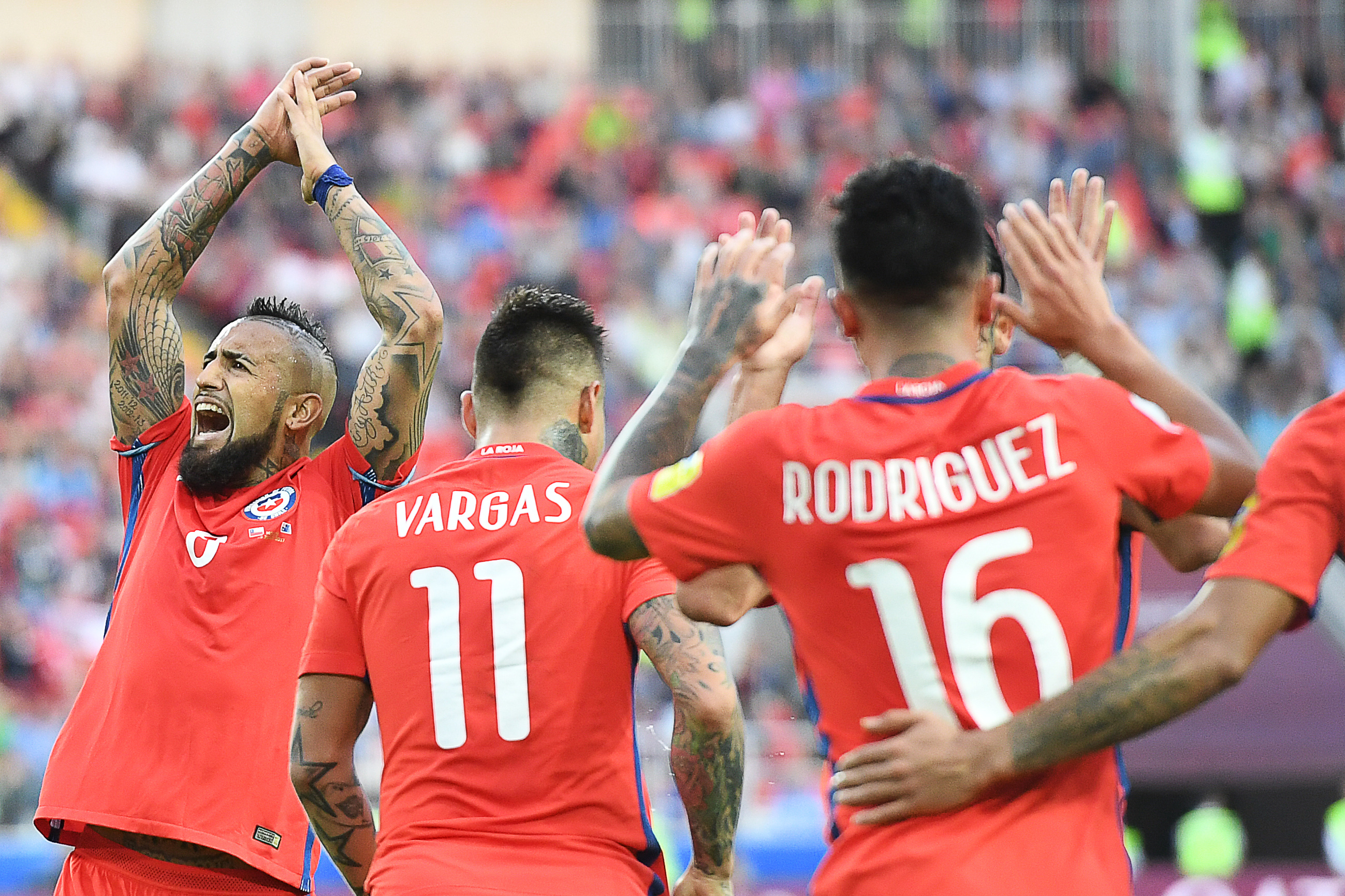 Chile's midfielder Arturo Vidal (L) celebrates after Chile's forward Martin Rodriguez (16) scored a goal during the 2017 Confederations Cup group B football match between Chile and Australia at the Spartak Stadium in Moscow on June 25, 2017. / AFP PHOTO / Yuri KADOBNOV