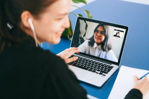 Entrevista remota através de videoconferência.