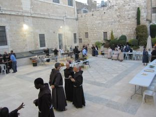 01. barbecue on Sunday evening in the courtyard of the Curia