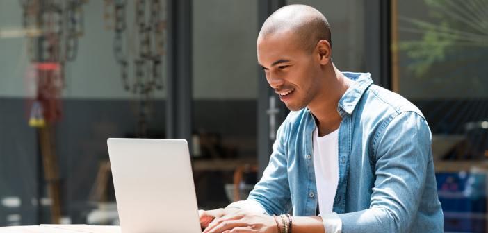 Interna länkar - man med en laptop