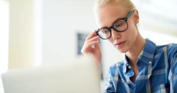 Optimera din wordpess sajt. Kvinna som ser på dator.