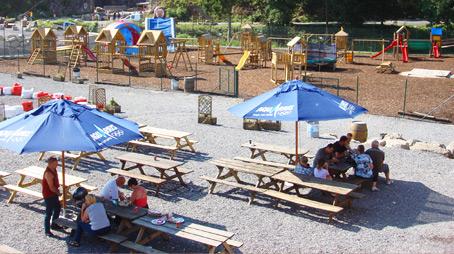 Поглед към площадката и масите за пикник