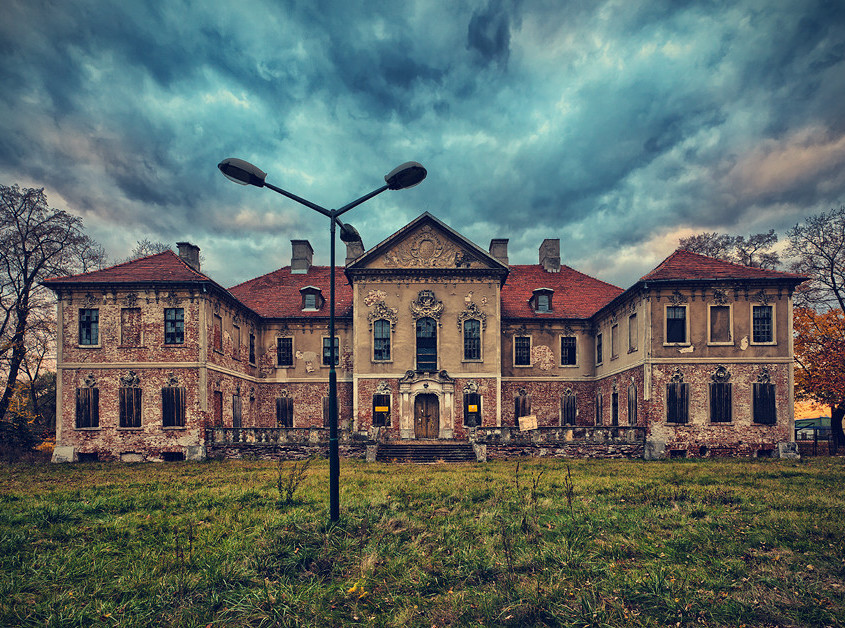 Now all the structures on this crumbling estate lie abandoned…(Photo:Lucas Malkiewicz)