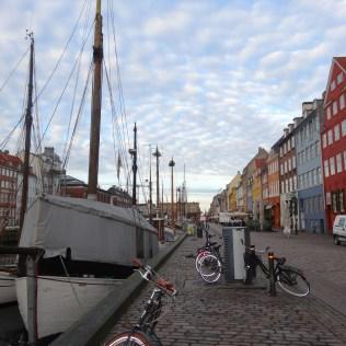 am Ufer des Hafens