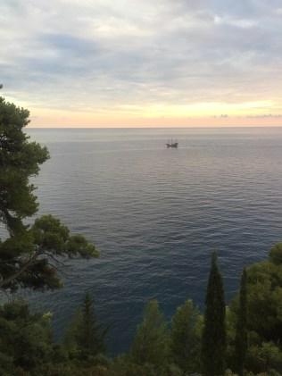 Ein Segelboot und der Sonnenuntergang