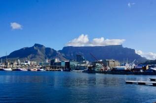 Hafen und Berge bei Sonnenschein